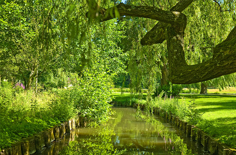 The gardens at Leeds Castle in Kent. Credit: Visit Britain