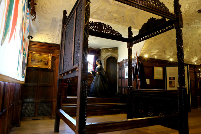 Royal-bed-at-Hever-Castle-royal-birth-places-5