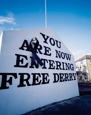 A sign welcomes visitors to Derry © Superstock