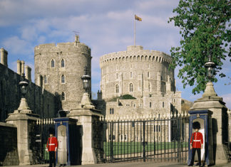 Guards at entrance to Windsor Castle, Windsor, Berkshire, England, United Kingdom, Europe