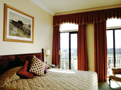 A bedroom with view of the Thames